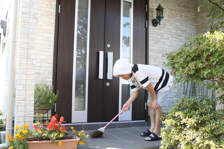 注重公共空間的日本人,住家大門為何「往外推開」?