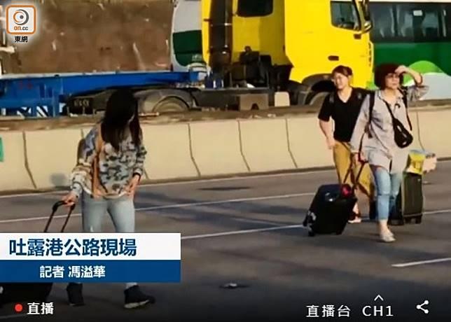 有市民拖篋橫過馬路。(馮溢華攝)