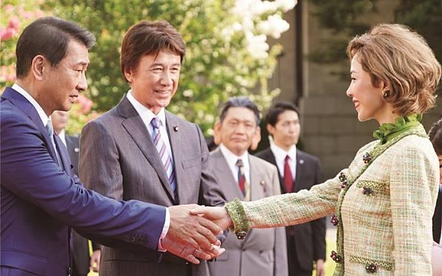 中井貴一(左)主演的《失憶的總理大臣》,在日本上映時大獲好評。