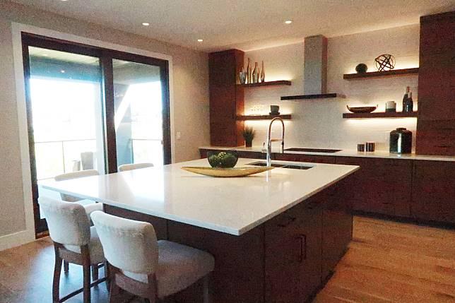 圖03/ 廚房位置放了一大張雲石枱,方便邊煮飯邊與家人或朋友閒聊。