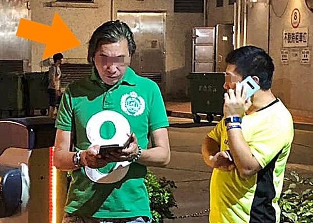 疑打人的綠Tee男報警求助。(互聯網)