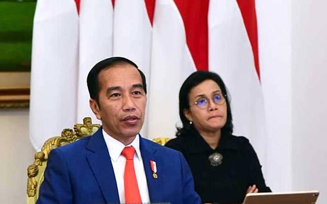 Presiden Joko Widodo (kiri) didampingi Menteri Keuangan Sri Mulyani Indrawati (kanan) saat mengikuti KTT Luar Biasa G20 secara virtual dari Istana Kepresidenan Bogor, Kamis (26/3/2020). Biro Pers dan Media Istana