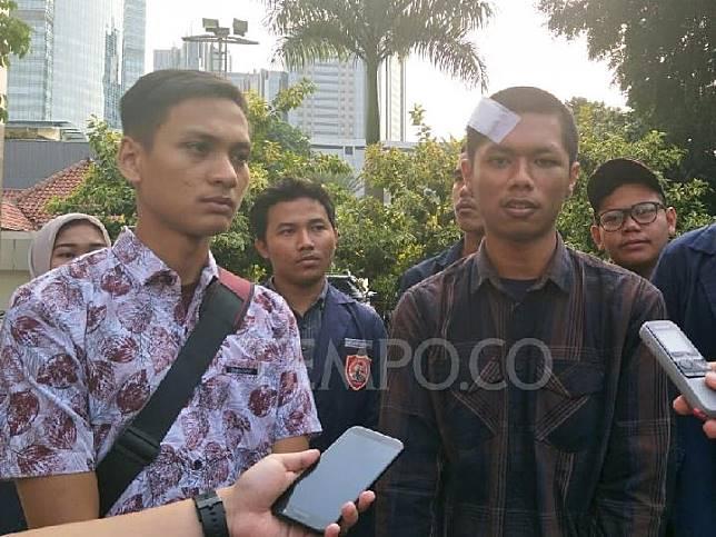 Mahasiswa korban penganiayaan polisi dari Universitas Krisnadwipayana, Mohammad Yoverly dan Gusti Aji Pangestu di Polda Metro Jaya, Senin, 14 Oktober 2019. Tempo/M Yusuf Manurung