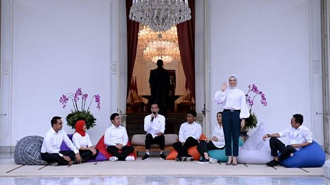 Angkie Yudistia (berdiri) penyandang tuna rungu yang menjadi Staf Khusus Presiden Jokowi sekaligus Juru Bicara bidang Sosial. [Biro Setpres]
