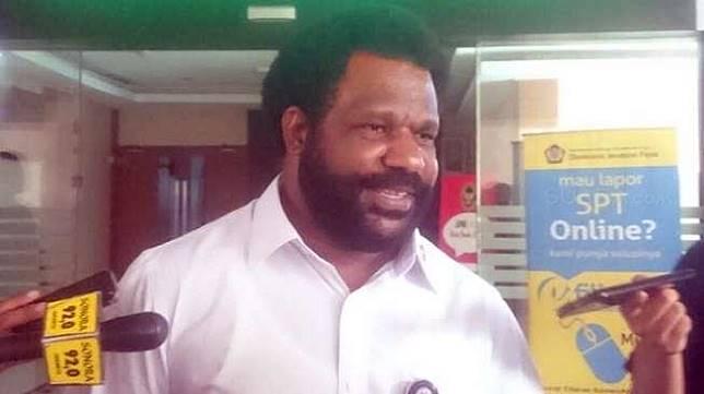 Staf Khusus Presiden untuk Papua, Lenis Kogoya, di Gedung Kemenko Polhukam, Gambir, Jakarta, Senin (4/9/2017). [Suara.com/Erick Tanjung]