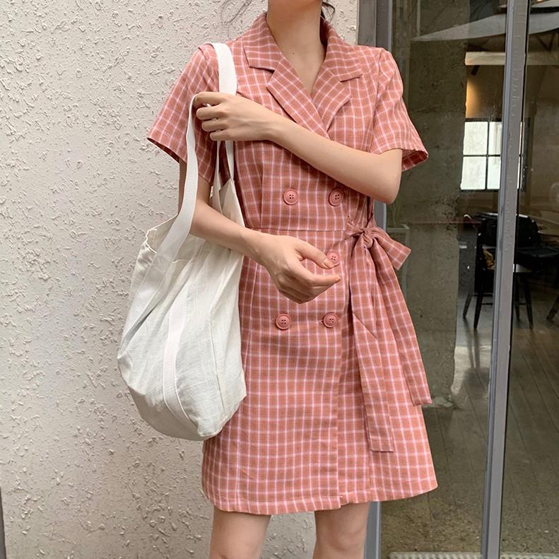 [現貨] 韓版甜美粉紅格子西裝領雙排釦短袖洋裝 繫帶收腰顯瘦連身裙 V領襯衫連身裙 短洋裝 簡約休閒A字裙