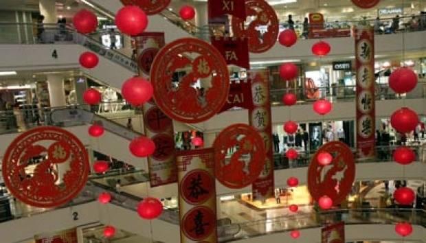 Puluhan lampion dan simbol macam tergantung di Tunjungan Plasa, Surabaya (28/1). Menjelang perayaan Tahun Baru Imlek 2561, sejumlah pusat belanja di Surabaya memasang ornamen dan pernik bernuansa tahun Baru Imlek. TEMPO/Fully Syafi