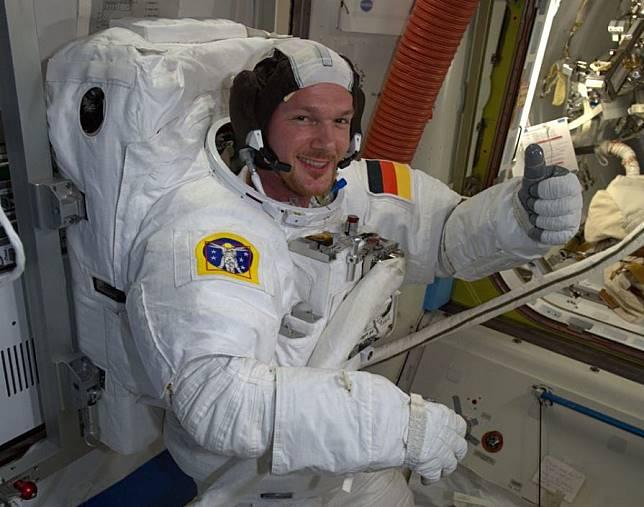 Seorang astronaut menutup lubang di ISS dengan ibu jarinya. (European Space Agency)