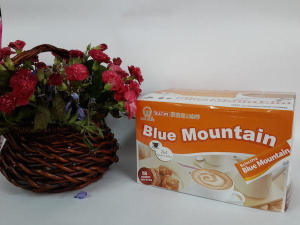 二合一嚴選藍山咖啡,口感柔滑順口。n本品項限定貨運/宅配,小於2盒可另選(限定全家取貨付款)訂購。