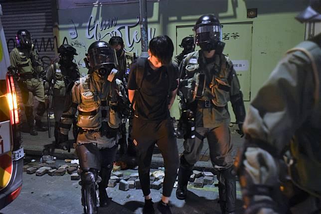 警方在碧街拘捕多人。