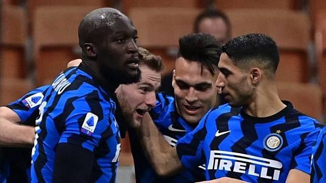 Bek tengah Inter Milan, Milan Skriniar (kedua dari kiri) melakukan selebrasi bersama rekan-rekannya usai mencetak gol ke gawang Atalanta dalam laga pekan ke-26 Liga Italia, di Giuseppe-Meazza, Selasa (9/3/2021) dini hari WIB. [Miguel MEDINA / AFP].