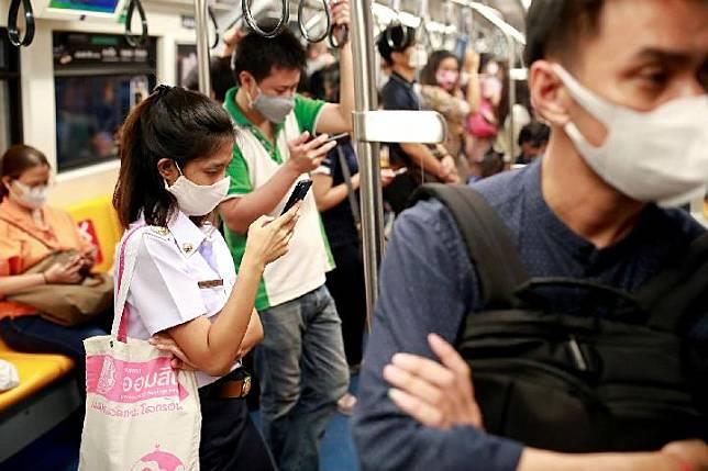 Kerumunan penumpang terlihat di kereta setelah pemerintah Thailand meredakan langkah-langkah isolasi di tengah wabah penyakit virus corona (Covid-19), di Bangkok, Thailand 18 Mei 2020. [REUTERS / Soe Zeya Tun]