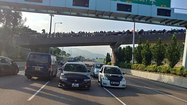 堵路影響,在吐露港公路的車輛未能前行。