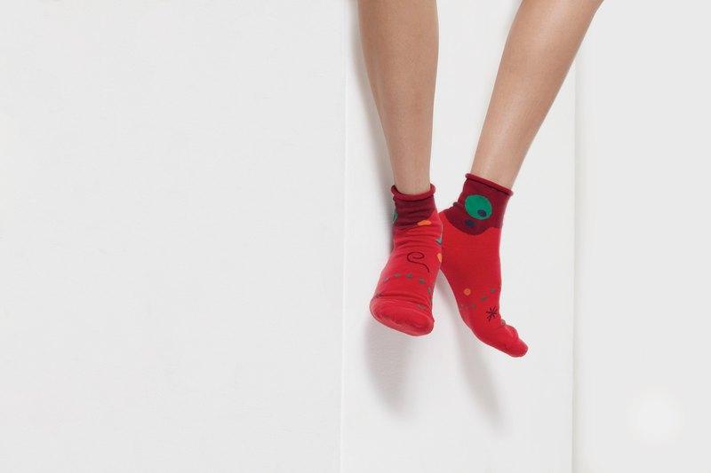 ++++++++++++++++++++++++++++ 襪子系列:Nelissa Hilman x Goodpair Socks聯名系列 PEEK-A-BOO 襪名:Moon & Sun 襪色:紅色
