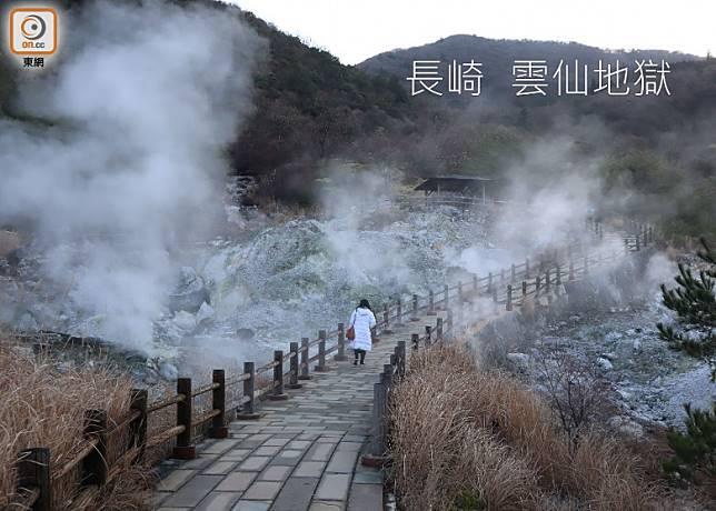 雲仙地獄內有多達30多個大小溫泉散布其中,大家可沿彎彎的木棧道遊走看。(劉達衡攝)