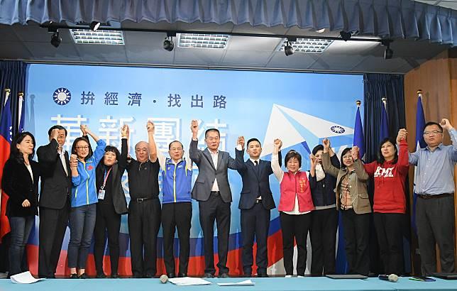 國民黨20日臨時在中常會後舉行不分區立委名單記者會,13名提名人集體出席並高喊團結。( 圖 / 記者葉政勳攝 )