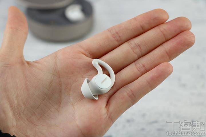 Bose Sleepbuds II 耳塞同樣為本體搭配傘狀耳塞與鯊魚鰭耳翼的結構,每一只耳塞深度僅 6 毫米左右,整體非常輕量小巧。