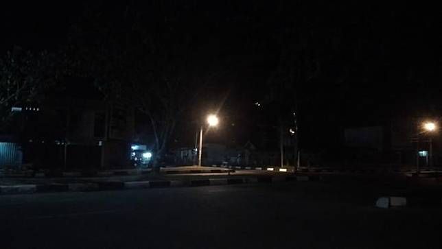 Ilustrasi berupa suasana di salah satu persimpangan di Kota Madya Banda Aceh sejak otoritas setempat melarang kegiatan berbasis keramaian (Liputan6.com/Rino Abonita)