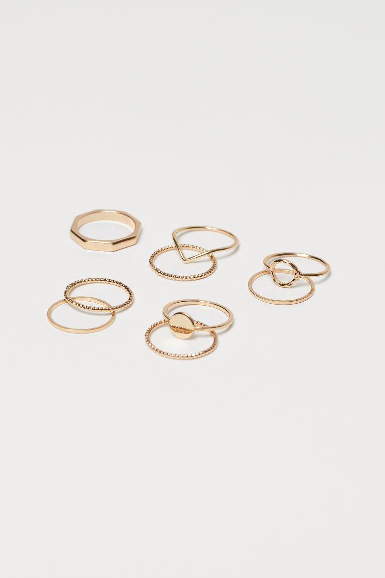 金屬戒指,有多款設計。