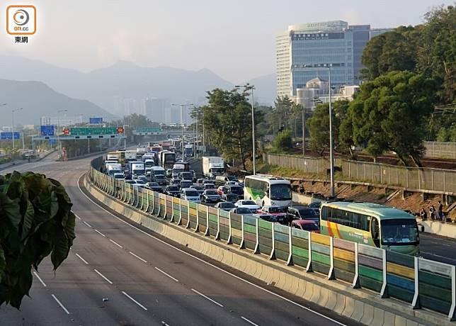 吐露港公路往水方向現長長車龍。(胡德威攝)