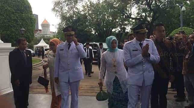 Anies Baswedan - Sandiaga Uno ketika dilantik sebagai Gubernur dan Wakil Gubernur Jakarta pada Oktober 2017.  [Suara.com/Erick Tanjung]