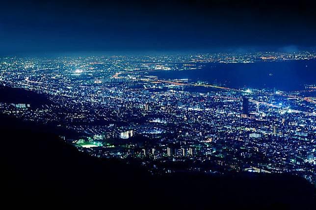去到位於神戶市嘅掬星台欣賞日本三大夜景之一,絕對係兵庫縣之旅嘅指定動作。(互聯網)