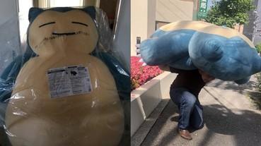 還記得那隻「超巨大卡比獸娃娃」嗎?日本搬家工人看到要扛這一隻玩偶超傻眼!