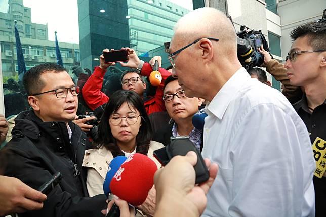 國民黨主席吳敦義14日探視靜坐市議員羅智強等人。(圖 / 國民黨提供)