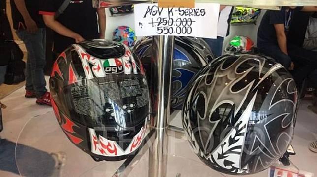 Helm AGV K-Series dijual Rp 550 ribu dari harga normal Rp 1,25 juta di GIIAS 2019. 21 Juli 2019. TEMPO/Khairul Imam Ghozali