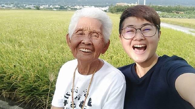 快樂姊66(右)邀阿嬤拍片,讓「快樂嬤」成為全台最年長網紅。圖/翻攝6YingWei快樂姊臉書