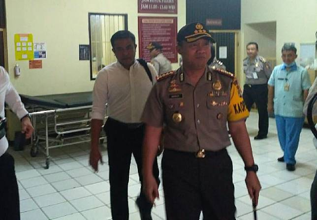 Kepala Kepolisian Resor Kota Tangerang Komisaris Besar Harry Kurniawan menjenguk Muktar Effendi, atau Pendi, 60 tahun, korban selamat dalam pembunuhan sekeluarga di Tangerang. Pendi dirawat di ruang Melati 2, Rumah Sakit Polri Kramat Jati, Jakarta Timur, Selasa 13 Februari 2018. TEMPO/Alfan Hilmi.