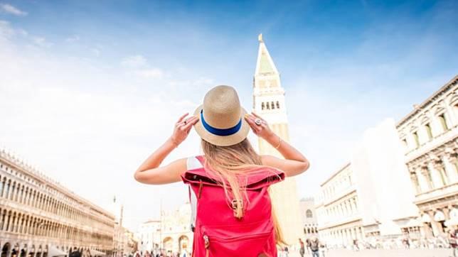 5 Hal yang Harus Traveler Hindari Saat Berada di Destinasi Wisata, Termasuk Corat-coret