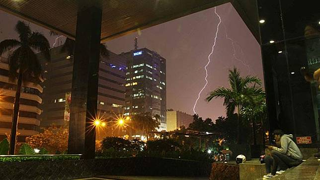 Ilustrasi hujan petir di Jakarta. Dok.TEMPO