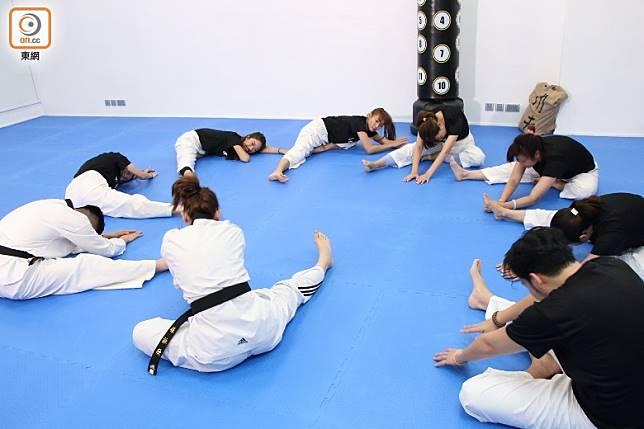 進行拉筋動作,可將全身頭至腳部的筋骨放鬆,然後進行較劇烈的踢腿動作。(張錦昌攝)
