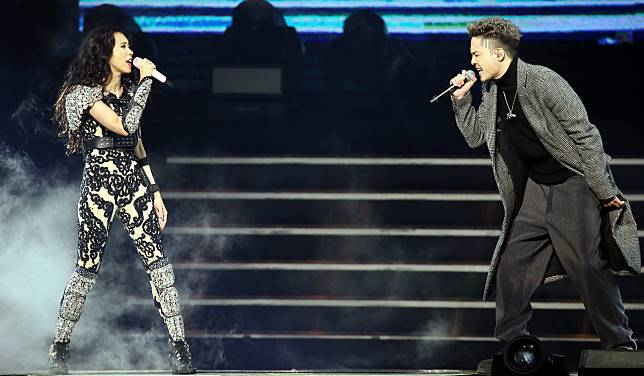 莫文蔚(左)跟J. Sheon合唱組曲。記者侯永全/攝影