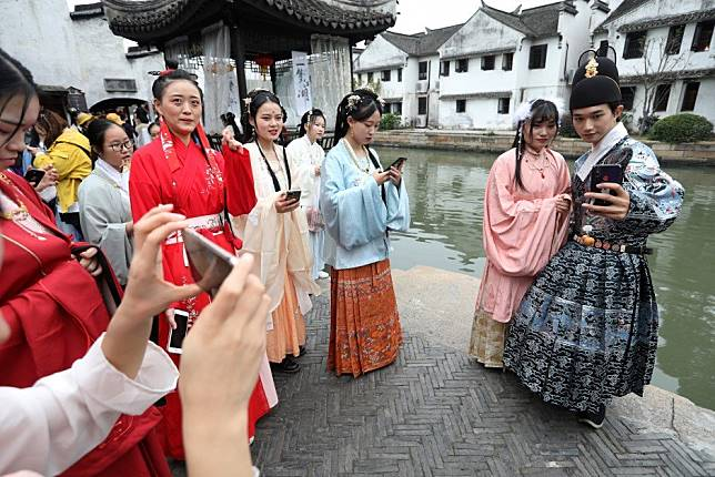 Young people drive revival of China's ancient Hanfu culture