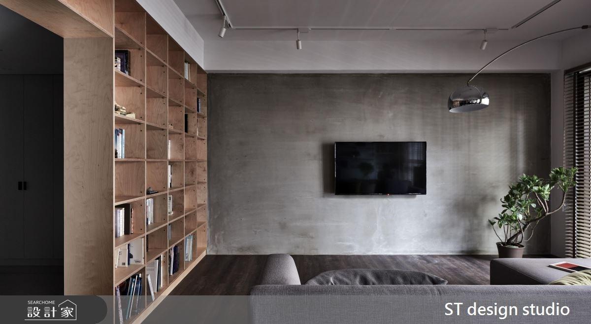 牆面設計滿版格狀收納系統,模組化的櫃格大小可以讓收納後產生紊亂中的整齊感