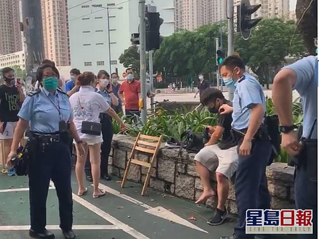 被捕的黑衣男子及涉案木凳。「天水連線」fb截圖