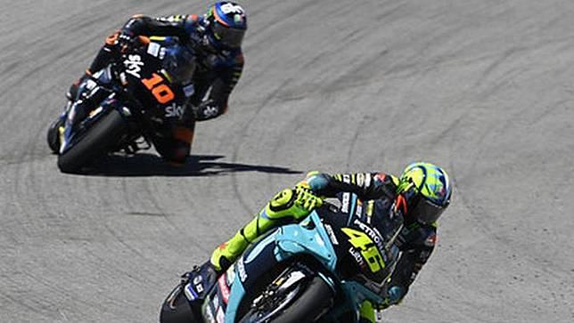 Valentino Rossi pada balapan MotoGP Jerez, hari Minggu. Tampak sang adik, Luca Marini membuntuti di belakang. (Dokumentasi Petronas Yamaha SRT)