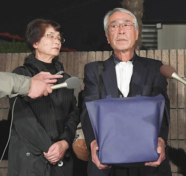 志村健的大哥知之捧着弟弟的骨灰見記者。