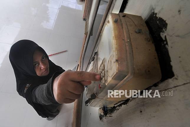 Warga mengisi token listrik di permukiman Kelurahan Gladak Anyar, Pamekasan, Jawa Timur, Kamis (2/4/2020). Pemerintah menggratiskan biaya tarif listrik bagi konsumen 450 Volt Ampere (VA) dan pemberian keringanan tagihan 50 persen kepada konsumen bersubsidi 900 VA, di tengah pandemi COVID-19, mulai bulan April hingga Juli 2020