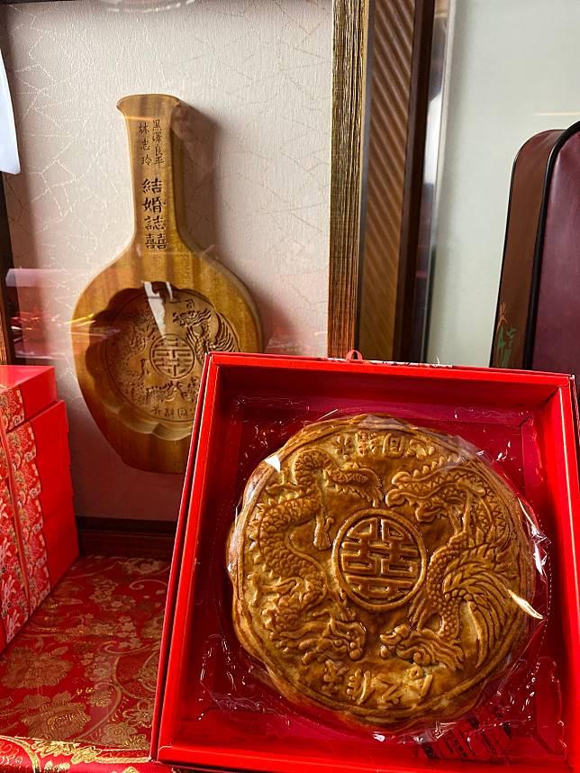 台南市政府委託台南木工藝保存者陳啟村雕刻大餅的餅模。記者鄭維真/攝影