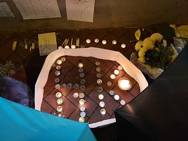 有市民到現場點蠟燭悼念。FB「巴打絲打 Facebook Club」Law Man圖片