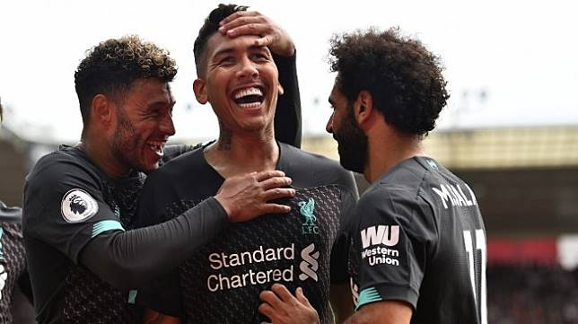 Penyerang Liverpool, Roberto Firmino (tengah) merayakan golnya ke gawang Southampton pada laga pekan kedua Liga Inggris 2019/2020 di St Mary's Stadium, Sabtu (17/8/2019) malam WIB. [Glyn KIRK / AFP]
