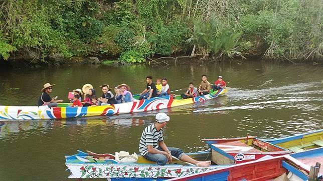 Asyiknya Kelilingi Karst Rammang-Rammang dengan Perahu