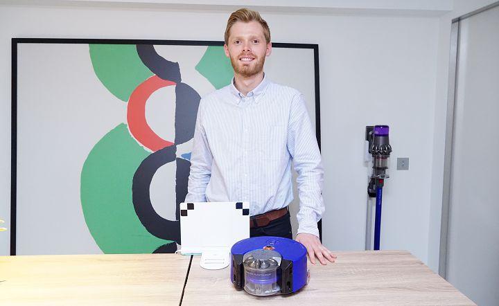 Dyson 英國總部工程師 Jamie McAdam 與 Dyson 360 Heurist。