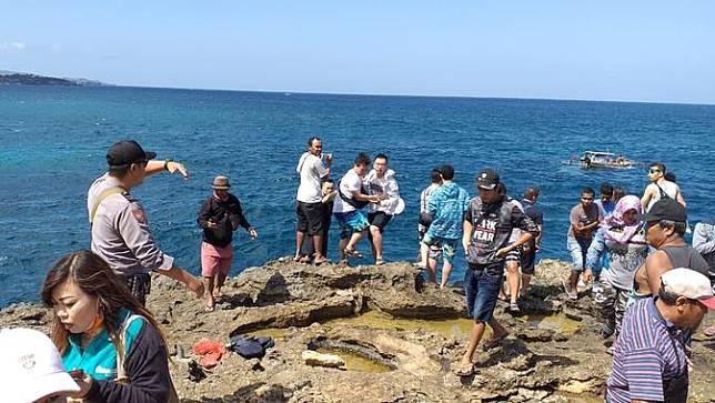 Turis China Jatuh ke Laut