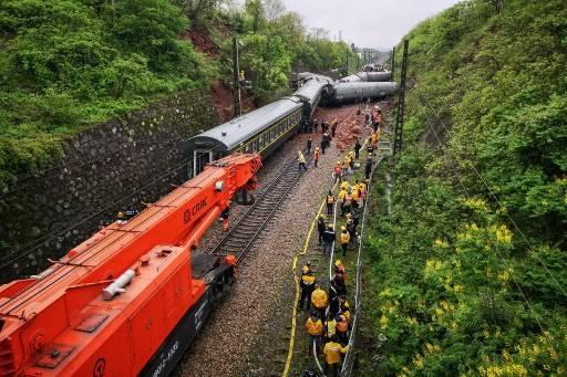 รถไฟตกรางในมณฑลหูหนาน คาดว่า จากฝนตกหนัก และ แผ่นดินถล่ม STR / AFP