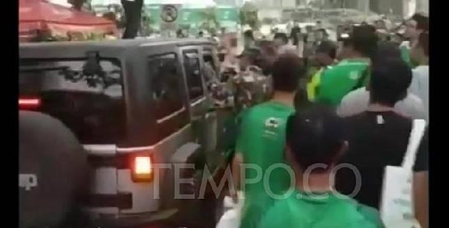 Tangkapan layar video peristiwa pengemudi Jeep Rubicon menerobos masuk ke area lomba lari Milo Run 10K di Epicentrum, Jakarta Selatan, Ahad, 14 Juli 2019. Sumber: Youtube