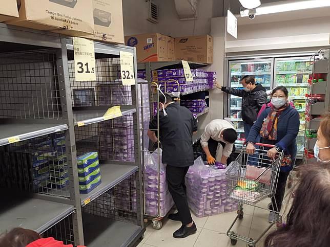 市民搶購廁紙。FB圖